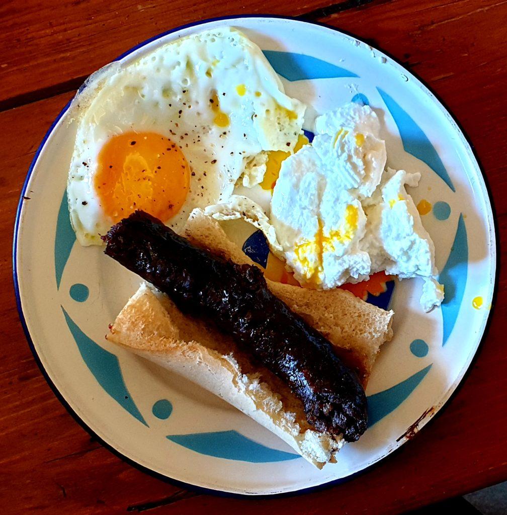 Pensez au Figatellu de Paul François pour un plat chaud typique : Brocciu, Figatellu et œuf.