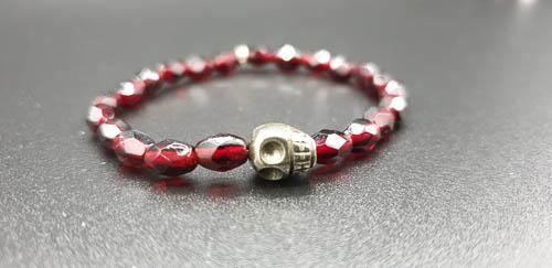 Bracelet élastique perles anciennes – tête de mort en Pyrite –