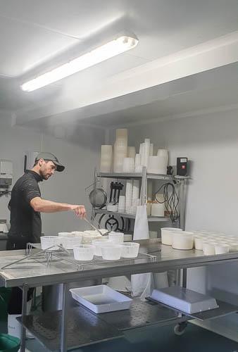 Pierre Thomas prépare le brocciu