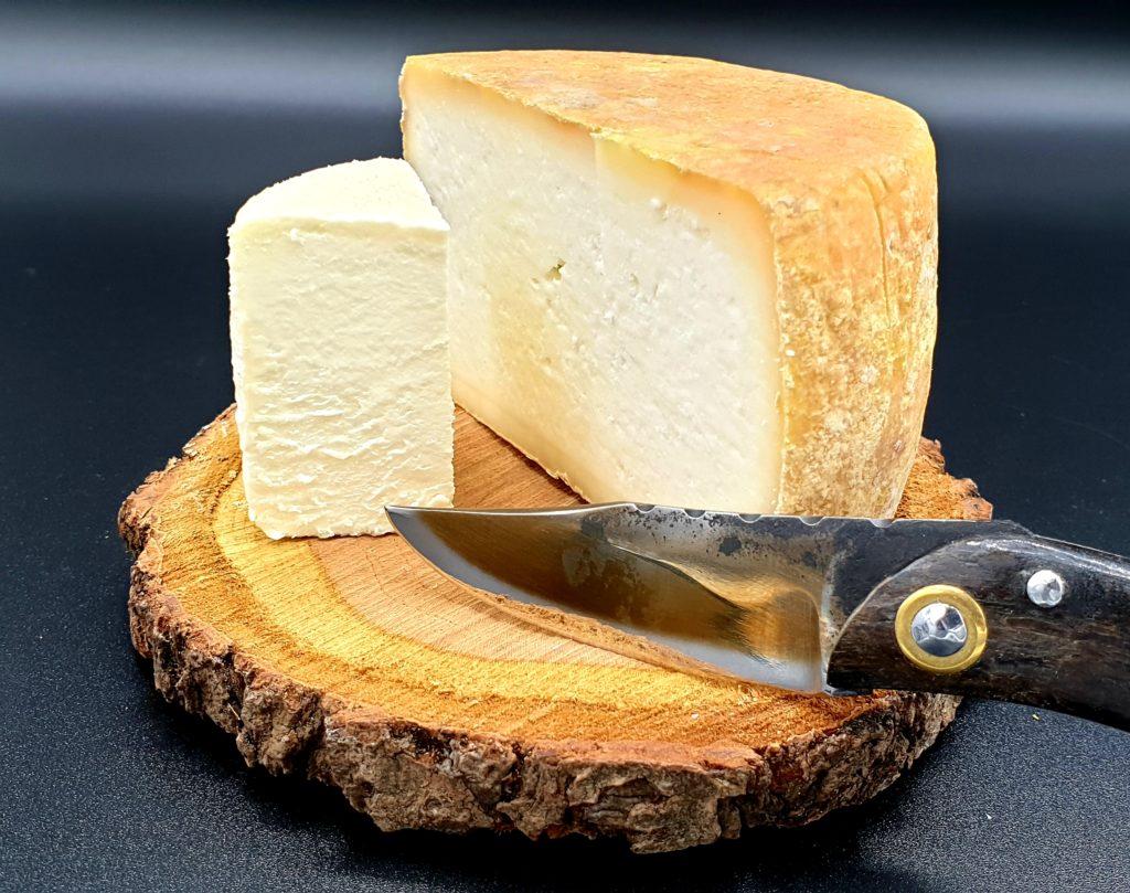 Exemple de plateau de fromages, crottin et fromage Passione, couteau par Bertrand Filhol